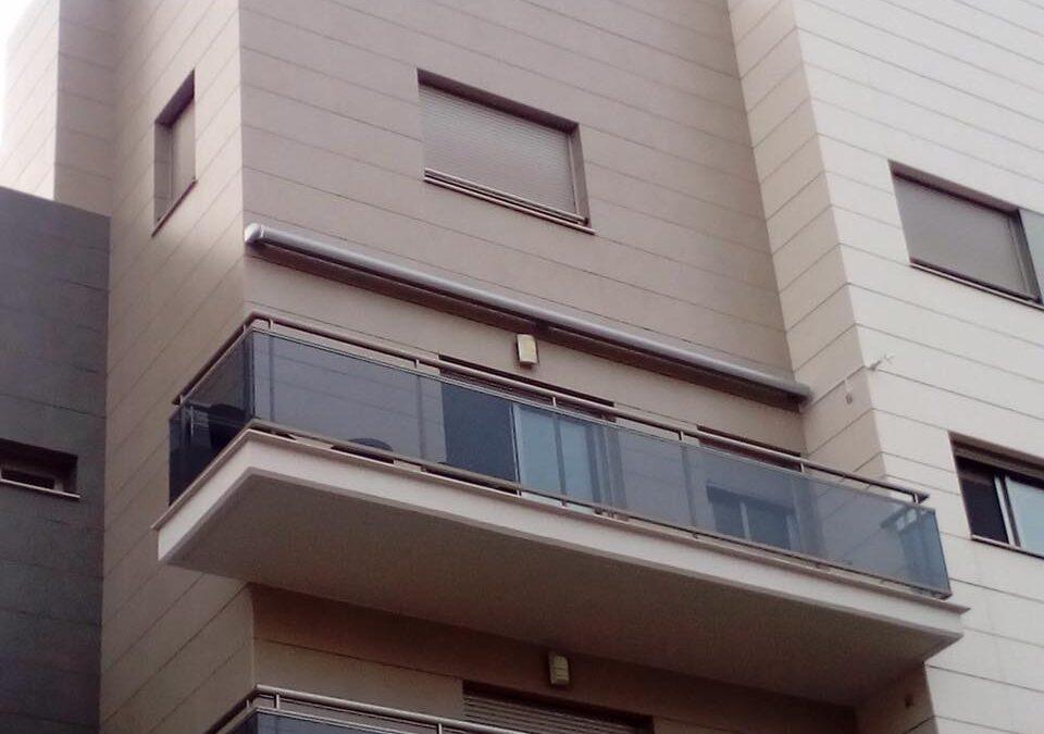 Toldo cofre ARES motorizado 5,80m x 2,50m en vivienda de Castellón