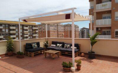Toldo plano de 4,00m x 2,65m en terraza decorada en Castellón